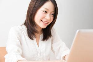 ノートパソコンで映画を見る女性