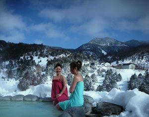 万座プリンスホテルの露天風呂を楽しむ女性達