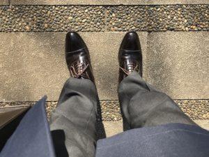 リーガルの革靴を履いた会社員