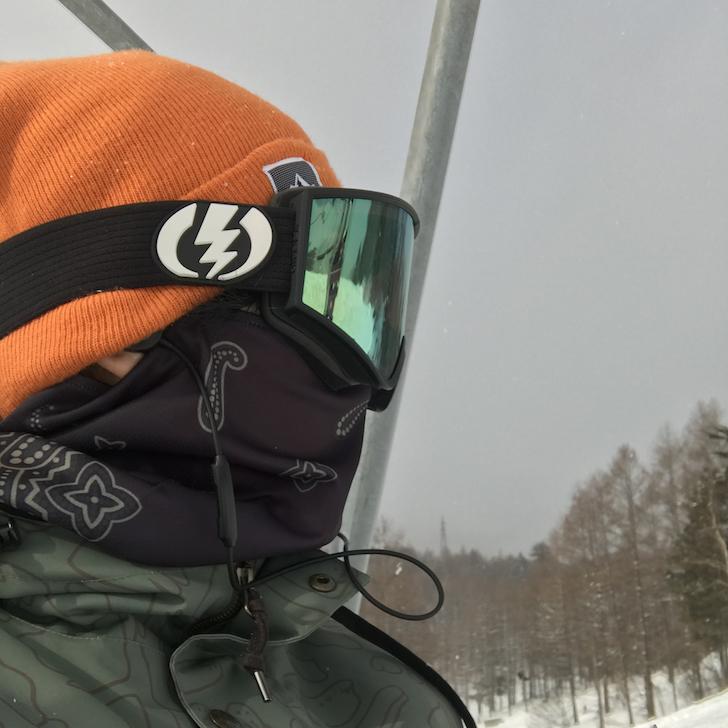 リストに乗っているスノーボーダーの横顔