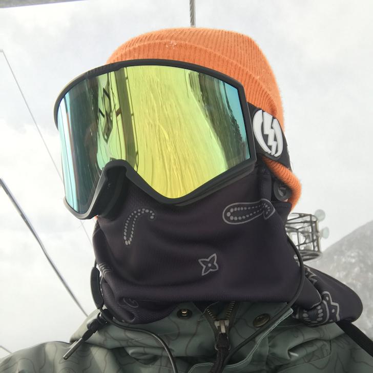 リフトに乗っているスノーボーダー斜め