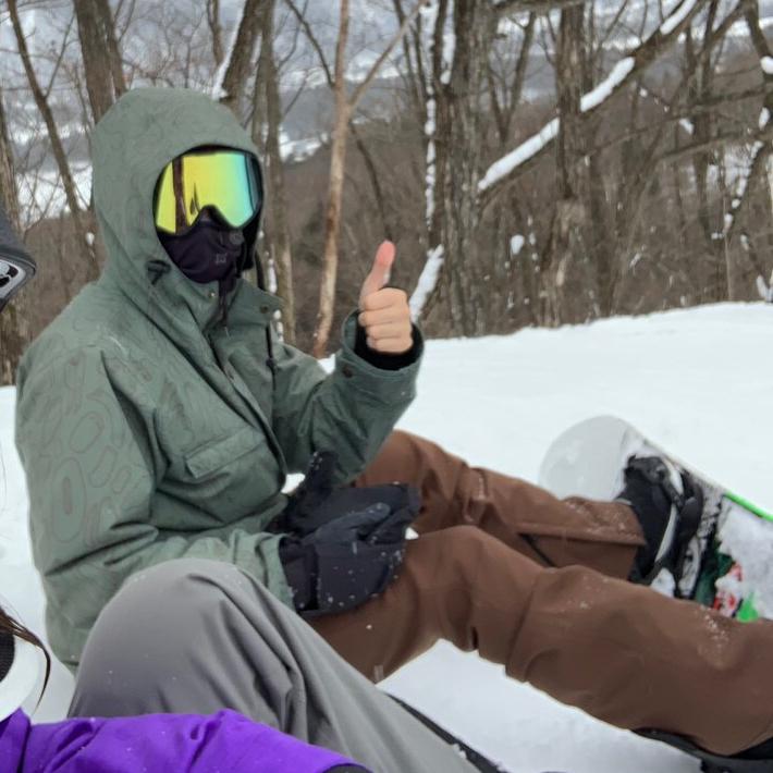 ゲレンデで座っているスノーボーダー