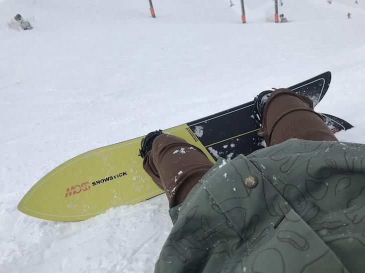 MOSS SNOWSTICK に乗っている男性
