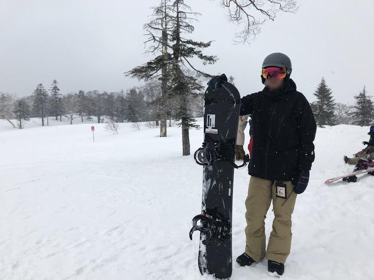 「OGASAKA CT」を持ったスノーボーダー