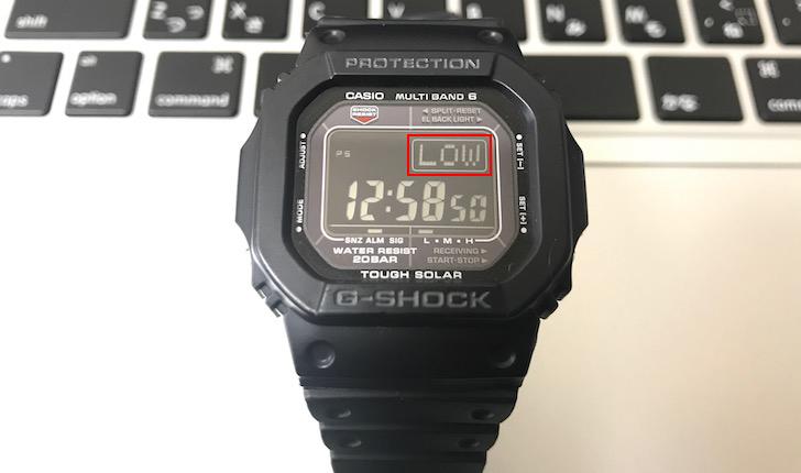 バッテリーの充電が切れて「LOW」と表示されているG-SHOCK