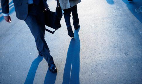 パートナーとの商談に向かう営業マン