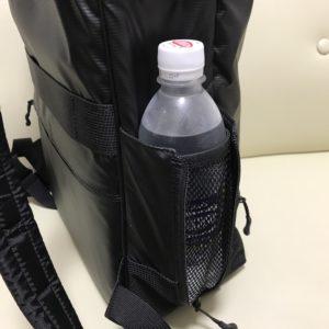 マンハッタンパッセージのリュックのドリンクホルダーにペットボトルを入れた状態