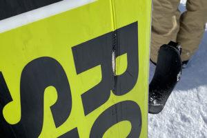 芯材が見えるほど傷ついたスノーボードの傷のアップ