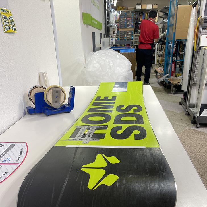 傷ついたスノーボードを神田のビクトリアにて修理を依頼