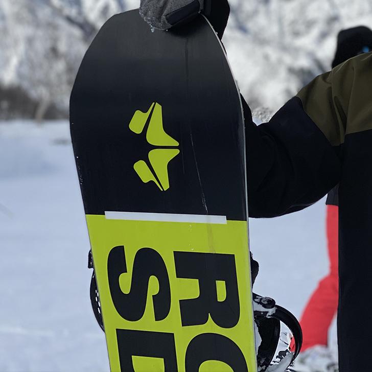 神田のビクトリアでリペアで修理したスノーボードを持つスノーボーダー